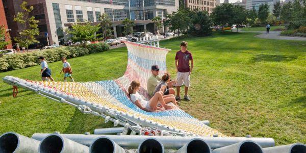 보스턴에 설치된 15명이 누울 수 있는 공공 그물 침대/사진:John Horner