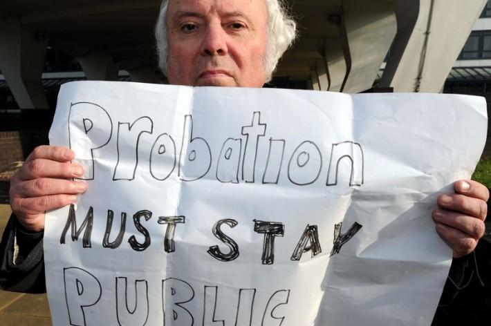 보호관찰 서비스를 민영화하려는 시도에 대해 반대하는 시위자[출처 : gloucestershirelive ]